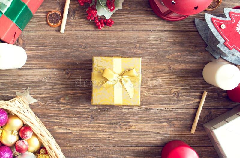 Prezentów pudełka z jedlinowymi gałąź na drewnianego tła odgórnym widoku fotografia royalty free