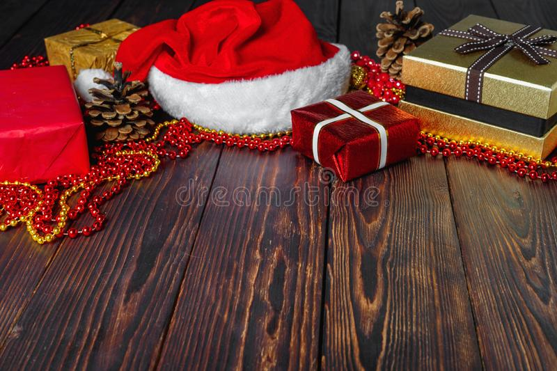 Prezentów pudełka z koralikami, zabawkami i Święty Mikołaj kapeluszem, fotografia stock