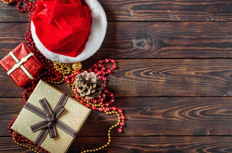 Prezentów pudełka z koralikami, zabawkami i Święty Mikołaj kapeluszem, obraz stock