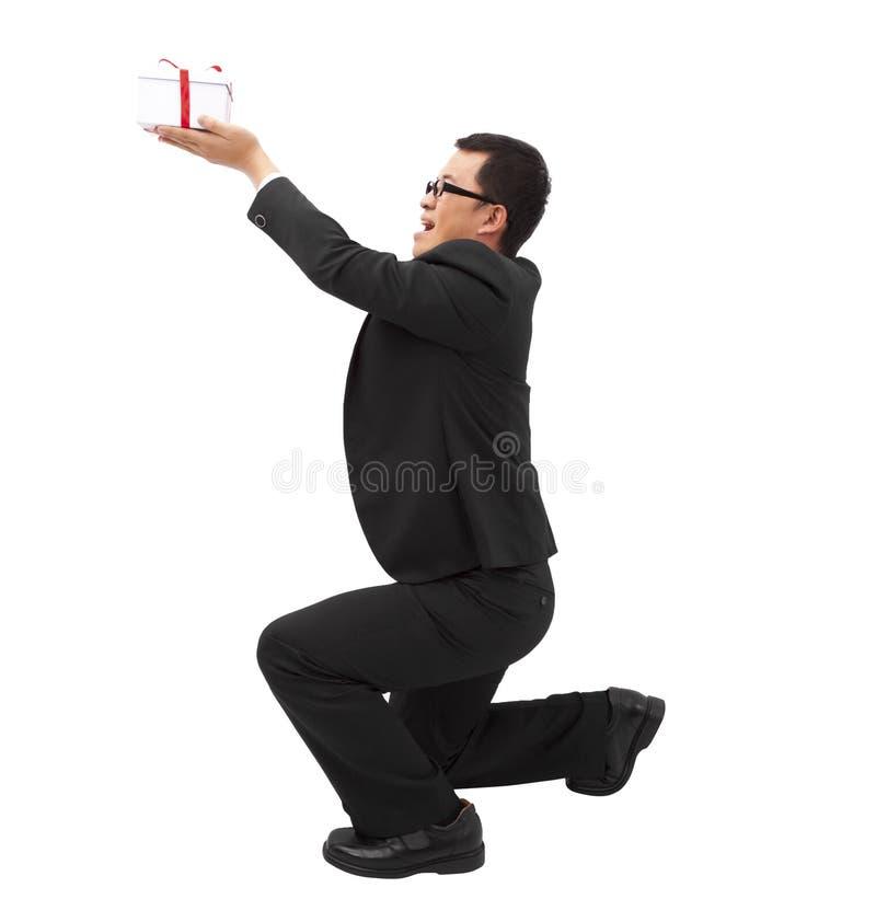 prezent daje kolano mężczyzna zdjęcie stock