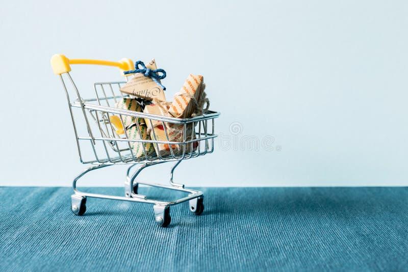 Prezent na wózek na zakupy zdjęcie royalty free