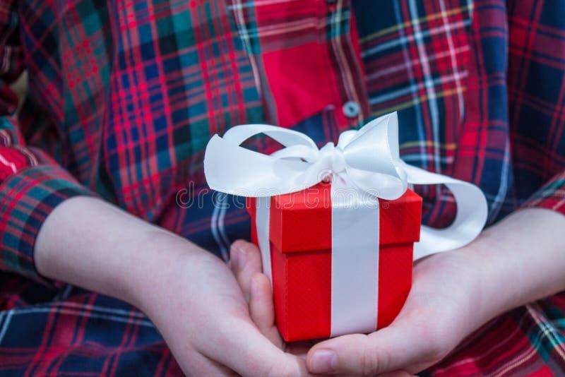 Prezent w czerwonym pudełku w rękach zdjęcia royalty free