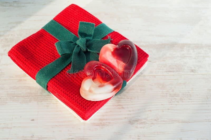 Prezent - walentynki serce kształtował dwa mydło na czerwonym ręczniku fotografia royalty free