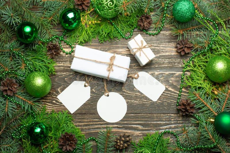 Prezenta bożenarodzeniowy pudełko Bożenarodzeniowi prezenty w białych pudełkach na drewnianym stole mieszkania nieatutowy lying o zdjęcia royalty free