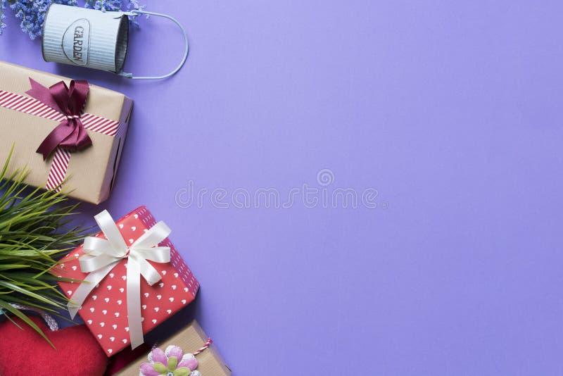 Prezenta pudełka i prezenta zakupy na purpurowym tle obrazy stock