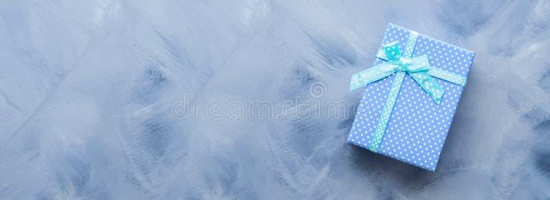 Prezenta pudełka mieszkanie kłaść na błękicie zdjęcie stock