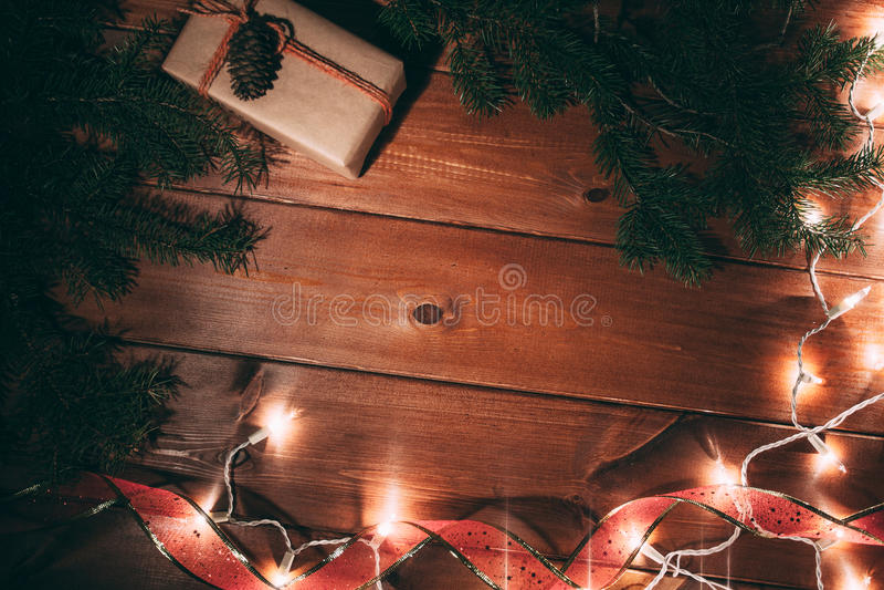 prezenta pudełko i futerka drzewo na drewnianym tle fotografia stock