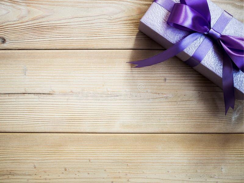 Prezenta pudełko na drewnianej desce zdjęcie royalty free