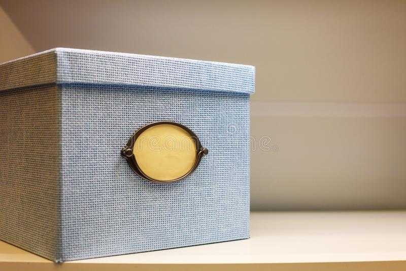 Prezenta pudełko na półce fotografia stock