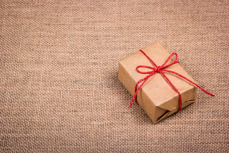 Prezenta pudełko od przetwarzającego papieru na naturalnym tle Mały pakuneczek troczący z arkaną fotografia royalty free
