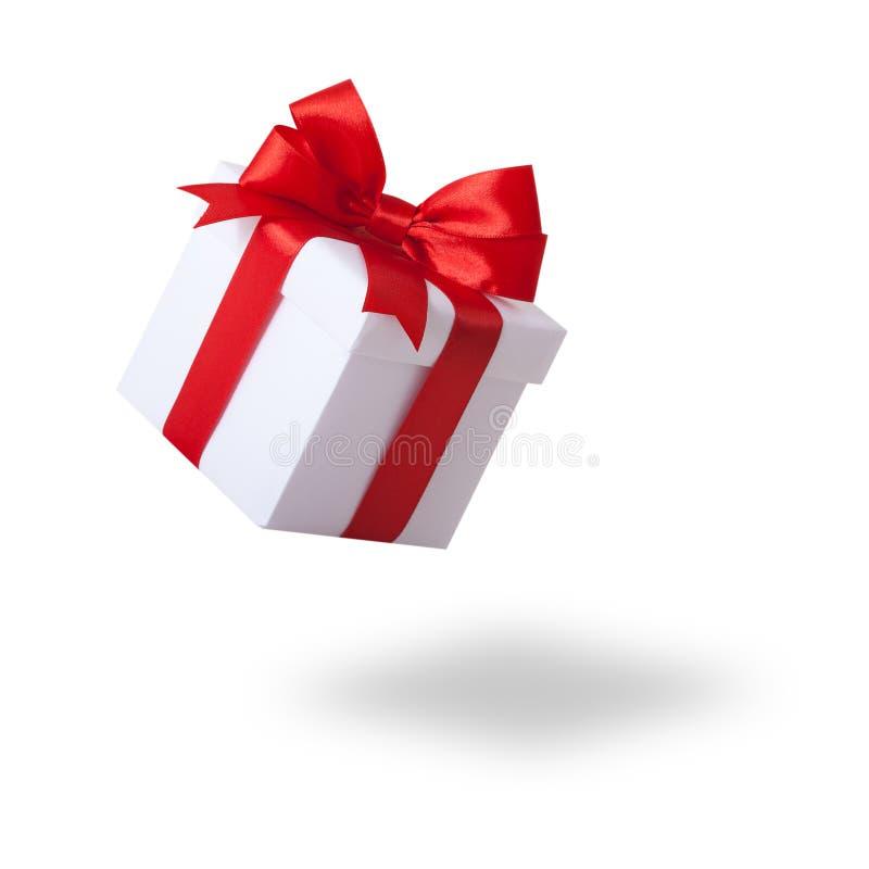 Prezenta pudełko, teraźniejszość nad białym tłem Biały prezenta pudełko z czerwonym tasiemkowym łękiem, odosobnionym na bielu fotografia stock