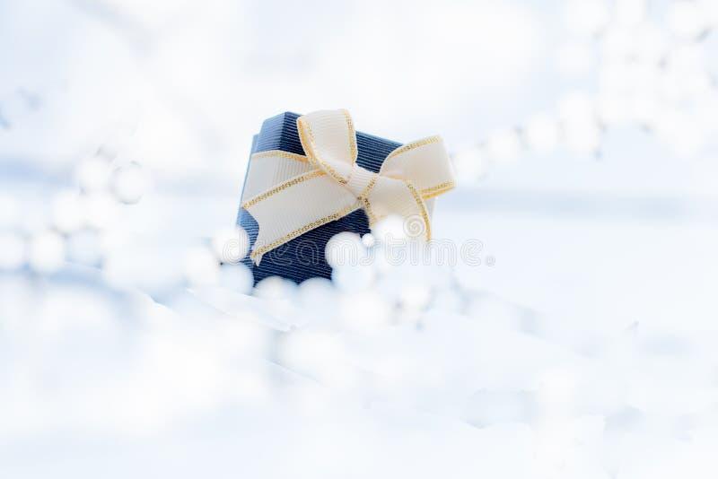 Prezenta pudełko z łękiem dla prezentów na bożych narodzeniach, urodziny lub walentynkach, zdjęcia royalty free