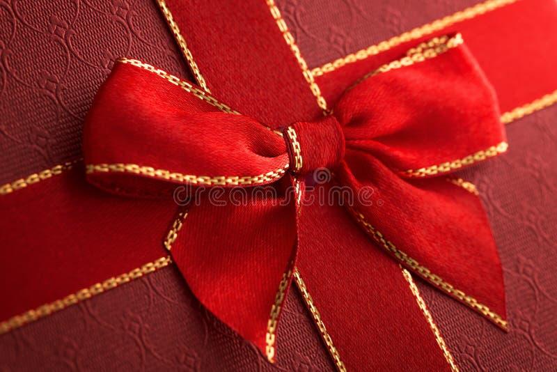 Prezenta pudełko z czerwonym faborkiem zdjęcie stock