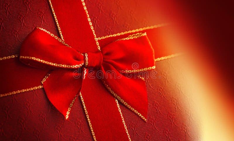 Prezenta pudełko z czerwonym faborkiem fotografia royalty free