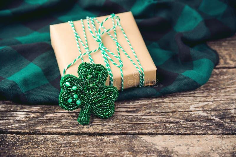 Prezenta pudełko z handmade koniczynową biżuterii broszką Kobiety ` s dnia pojęcie Macierzysty ` s dnia pojęcie Urodzinowy wakacj obraz royalty free