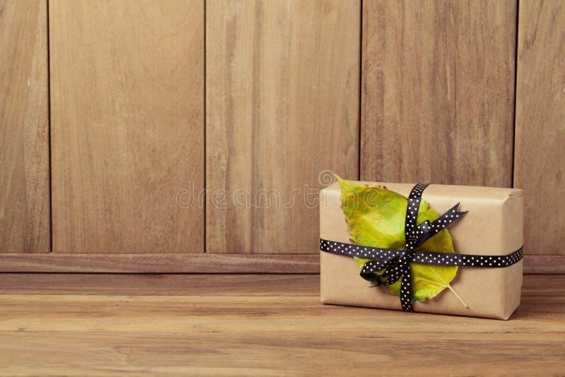 Prezenta pudełko z jesień liściem Święto Dziękczynienia fotografia stock