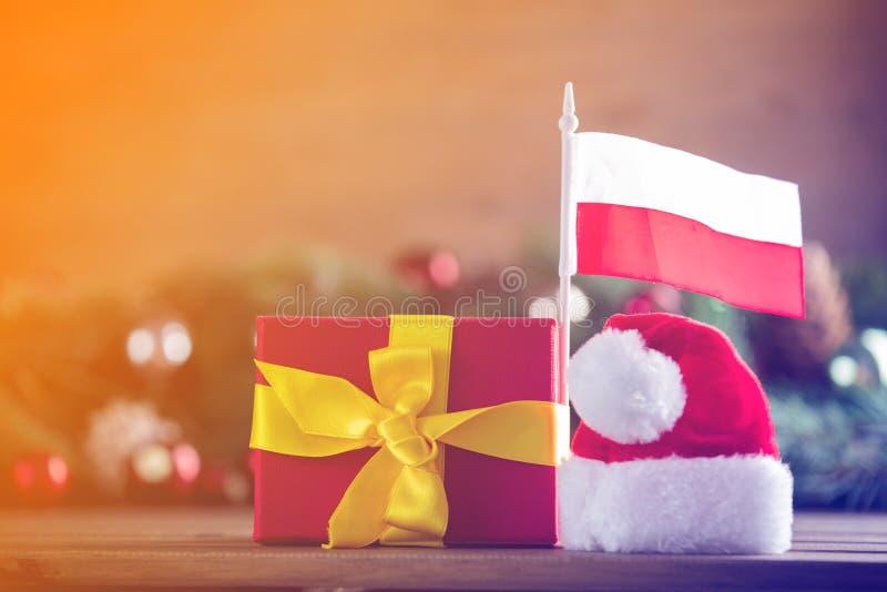 Prezenta pudełko z Polska flaga i Święty Mikołaj kapeluszem zdjęcie stock