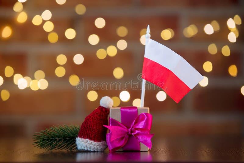 Prezenta pudełko z purpurami ono kłania się i Polska flaga zdjęcia royalty free