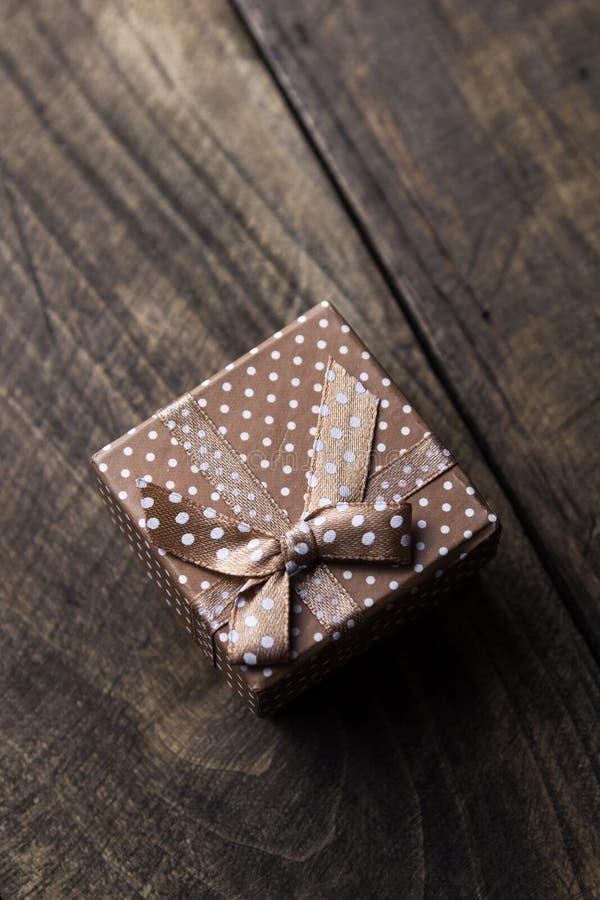 Prezenta pudełko z tasiemkowym ornamentem na drewnianym tle fotografia stock