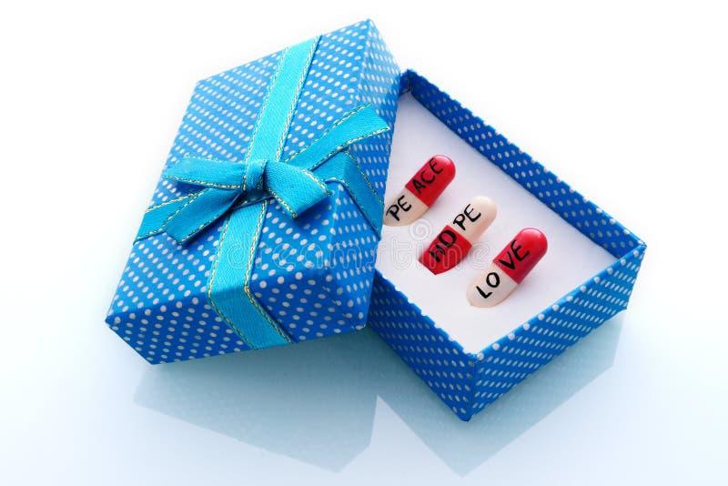 prezenta pudełko z trzy dobrymi życzenie pigułkami fotografia royalty free