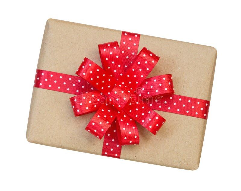 Prezenta pudełko zawijający w brązie przetwarzał papier z czerwonym polki kropki ribb zdjęcie stock