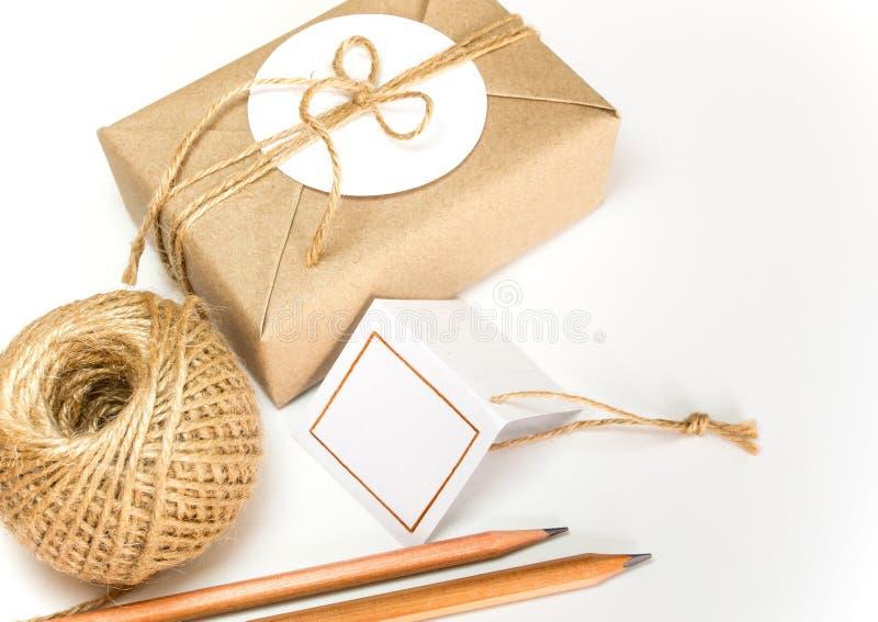Prezenta pudełko zawijający w Kraft papierze jako naturalny wieśniak i wieśniaka konopie projektujemy zdjęcie royalty free
