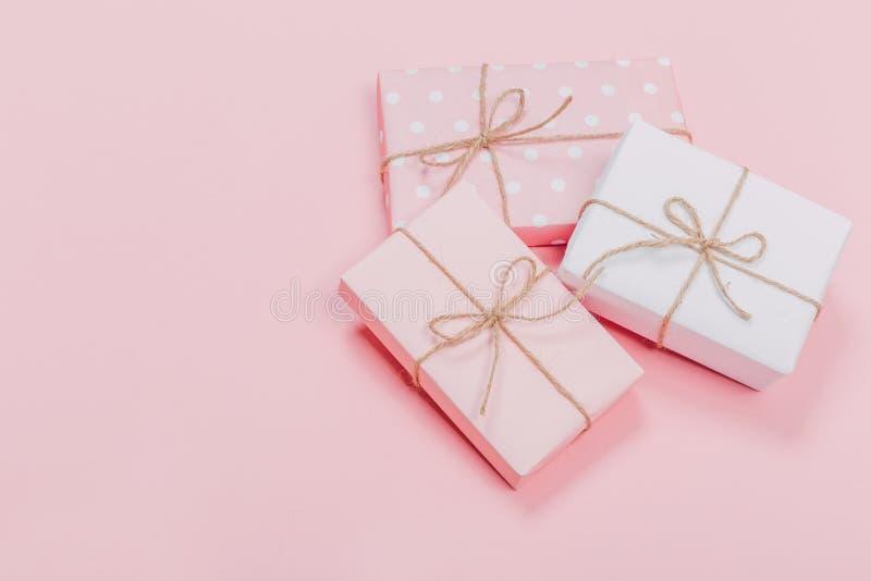 Prezenta pudełko zawijający w pastelu papierze z różowym faborkiem na menchiach ukazuje się Odgórny widok z kopii przestrzenią i obraz royalty free