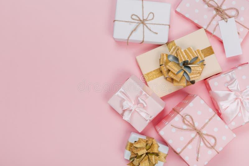Prezenta pudełko zawijający w pastelu papierze z różowym faborkiem na menchiach ukazuje się Odg?rny widok z kopii przestrzeni? zdjęcia royalty free