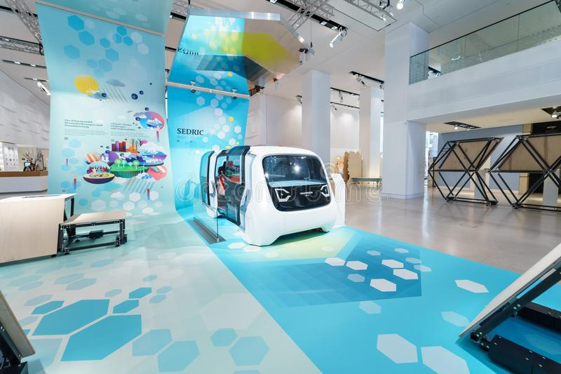 Prezentacja nowa koncepcja samochód bez kierowca jaźni Napędowego Samochodowego wolkswagena Sedric obraz stock