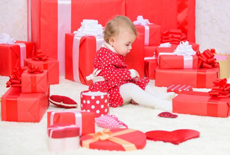 Prezenty dla dzieci pierwszy bożych narodzeń Mały dziecko sztuki blisko stos zawijający czerwoni prezentów pudełka najpierw moje  fotografia royalty free