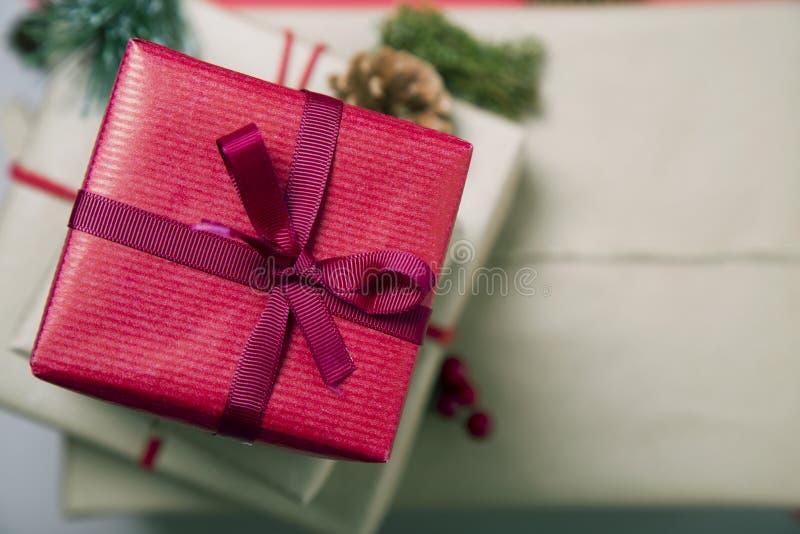 Prezenty na brązową kartkę z okazji świąt Bożego Narodzenia zdjęcia stock