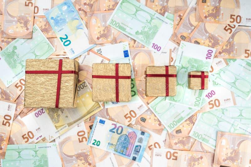 Prezenty różni rozmiary na tle różni wartość banknoty Odgórny widok zdjęcia royalty free