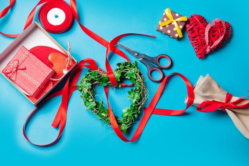 Prezenty, serce kształtujący bawją się łgarskie pobliskie rzeczy dla dekoraci na fotografia stock