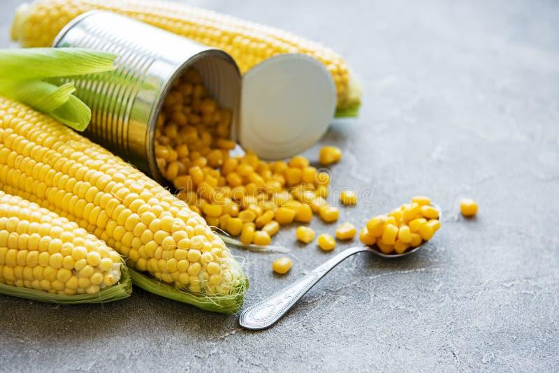 Prezerwy sweetcorn i surowa kukurudza obrazy stock