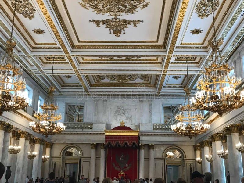 Prezydencka sala z ogromnymi świecznikami fotografia royalty free