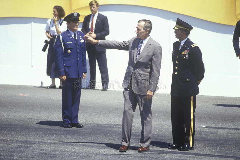 Prezydenta Bush stojaki blisko Prezydencki viewing budka z oficerami wojskowymi podczas pustynnej burzy zwycięstwa Paradują w dom zdjęcia stock