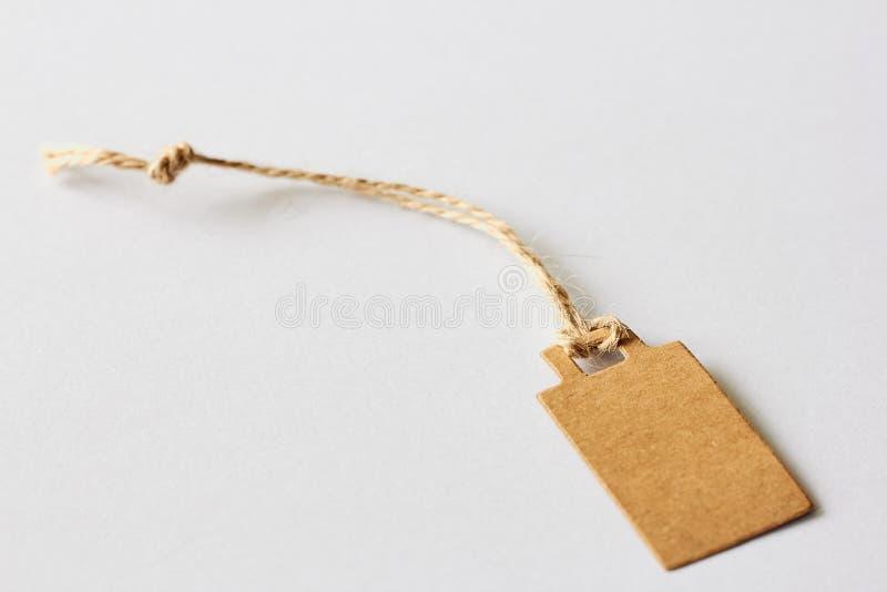 Prezzo da pagare marrone in bianco del cartone, etichetta di vendita, etichetta del regalo, etichetta di indirizzo su fondo bianc immagine stock libera da diritti