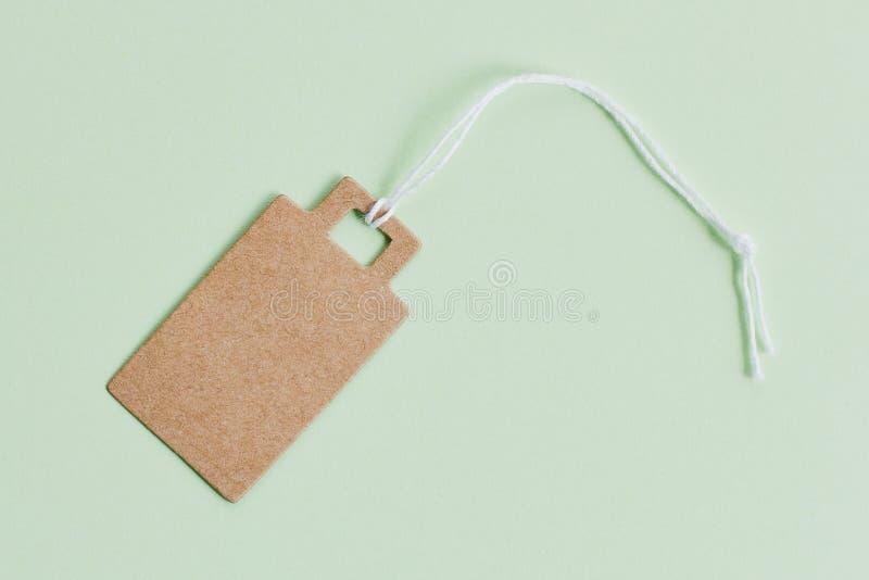 Prezzo da pagare marrone in bianco del cartone, etichetta di vendita, etichetta del regalo, etichetta di indirizzo su fondo verde fotografie stock libere da diritti