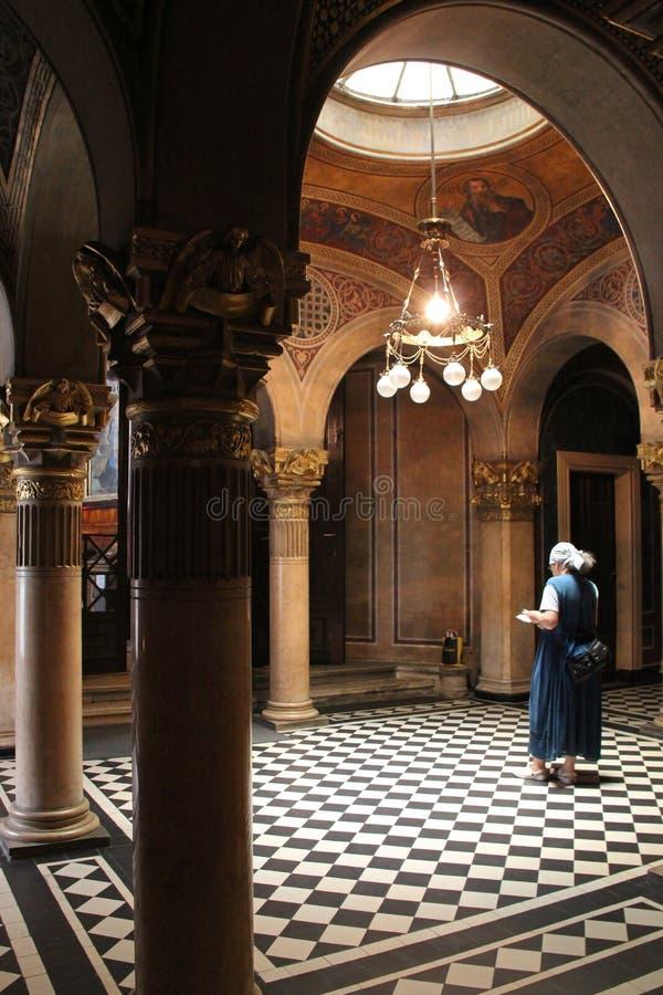 Prière orthodoxe dell'en di Fidèle (église de la Sainte-Trinité - Vienne - Autriche) fotografie stock libere da diritti