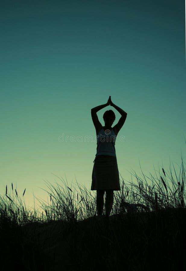Prière à un dieu au dessus de la côte photographie stock libre de droits