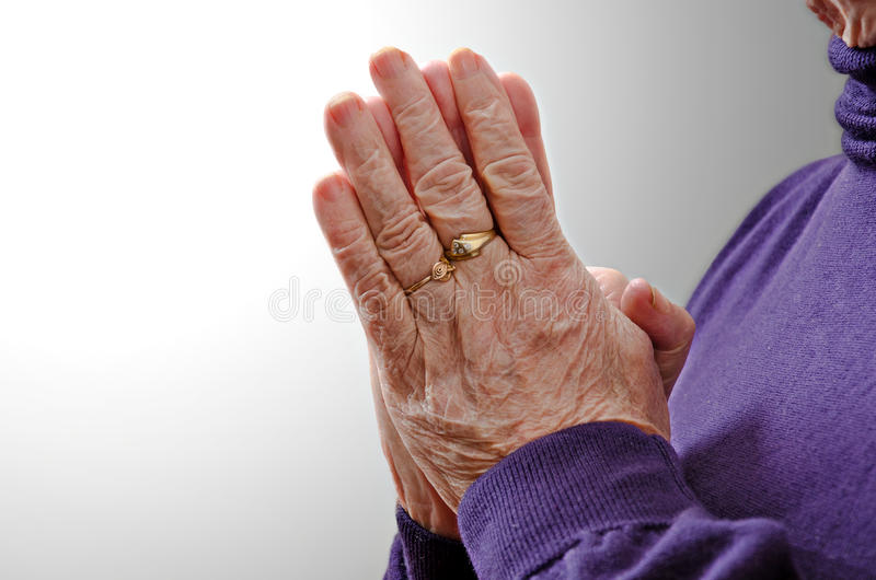 Prière aînée religieuse chrétienne de femme images libres de droits