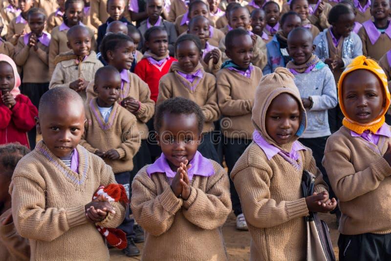 Prière africaine d'écoliers photos stock