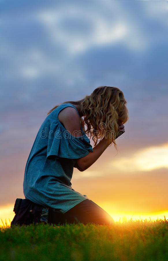 Prière au coucher du soleil photos stock