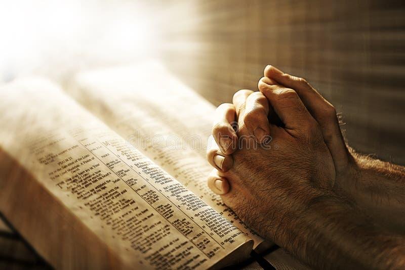 Prière au-dessus d'une bible photographie stock