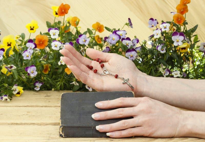Prière au-dessus de vieille Sainte Bible photographie stock libre de droits