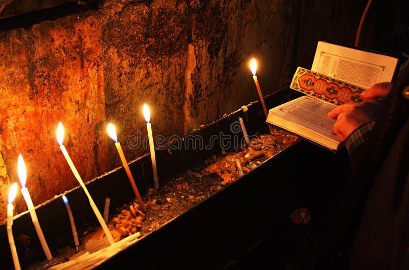 Prière avec la bible sainte et bougies dans l'église. photos stock