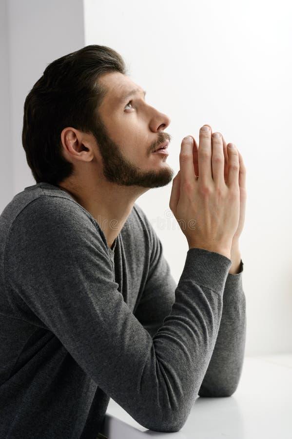Prière barbue d'homme. Portrait d'homme barbu priant à un dieu et images stock