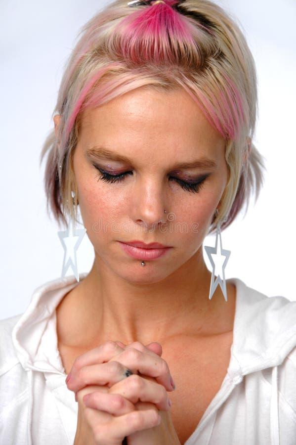 Prière blonde de jeune femme images libres de droits