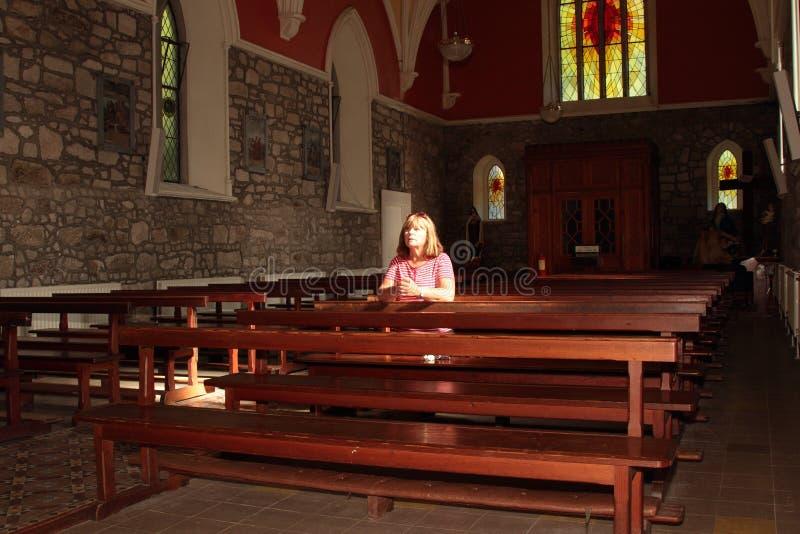 Prière d'église. images stock
