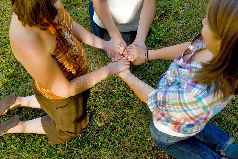 prière d'amis photos libres de droits